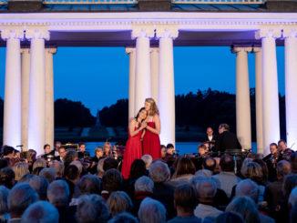 Die Preisträgerinnen Sara Gouzy und Alice Lackner (v.l.) bei der Operngala 2019 im Rheinsdorfer Schlosshof. Foto: Uwe Hauth